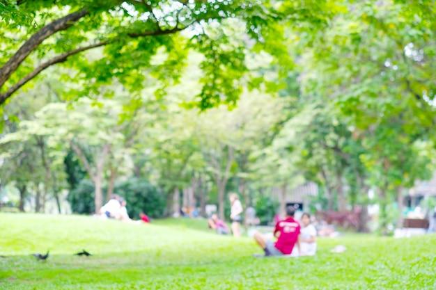 Onscherpe achtergrond, vervagen mensen activiteiten in de zomer park buiten de natuur