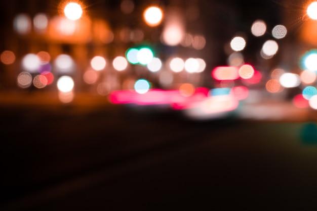 Onscherpe foto van stadslichten en verkeer 's nachts