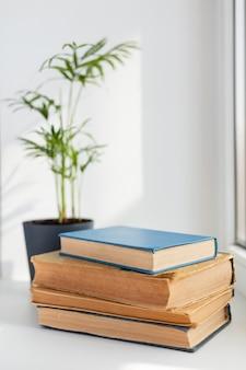 Onscherpe plant en boekenregeling