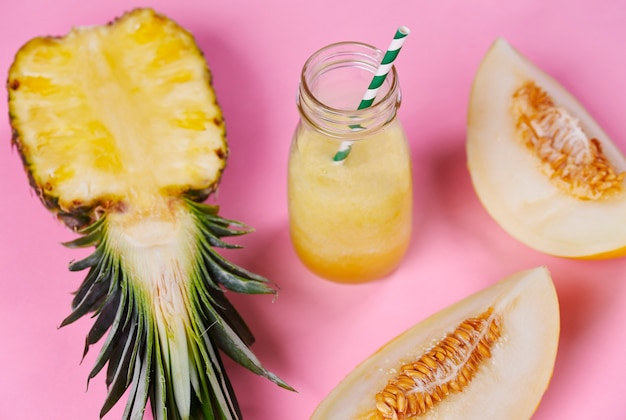 Onscherpe smoothie gemaakt van ananas en meloen