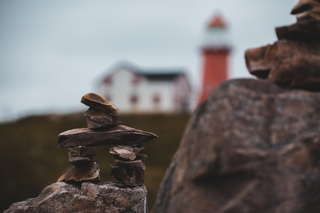 Onscherpe uitgebalanceerde rotsen