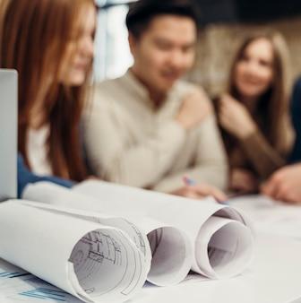 Onscherpe zakenmensen die een project bespreken