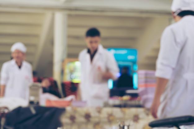 Onscherpte achtergrond van verpleegkundigen die zich voorbereiden op bloed van donoren bij bloeddonatiescentrum