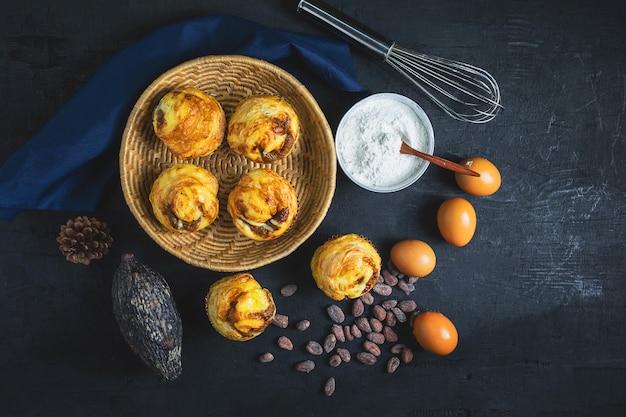 Ontbijt, brood en ingrediënten op zwarte achtergrond