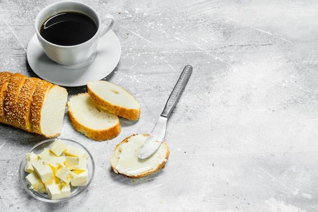 Ontbijt. brood met boter en hete koffie.