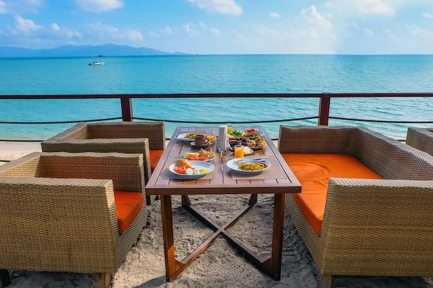 Ontbijt buiten bij het hotel aan zee. modern openluchtrestaurant met uitzicht op de oceaan?