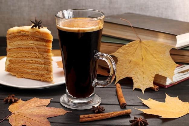 Ontbijt, cichorei, koffie en gebak.