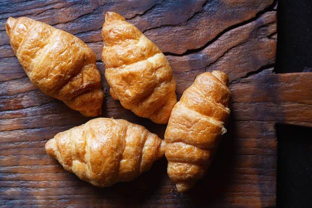 Ontbijt croissant brood op de houten tafel