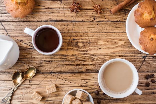 Ontbijt en koffie voor twee personen, gebak, bruine suiker en kaneel met anijs