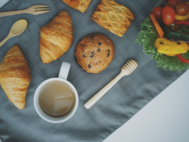 Ontbijt eten bovenaanzicht met koffie