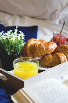Ontbijt eten op het bed in een slaapkamer