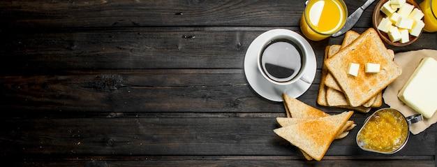 Ontbijt. geroosterd brood en boter, koffie en sinaasappelsap.