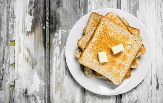 Ontbijt. geroosterd brood en boter.