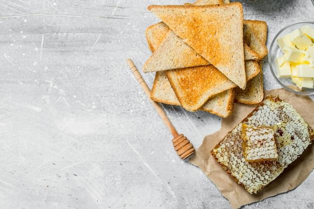 Ontbijt. geroosterd brood, honing met boter.