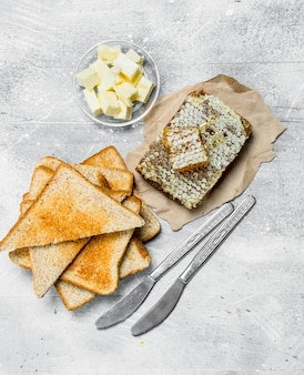 Ontbijt. geroosterd brood met boter en honing. op een rustiek.
