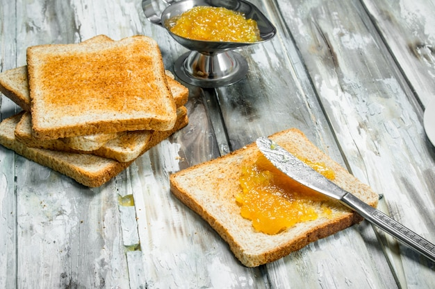 Ontbijt. geroosterd brood met sinaasappeljam.