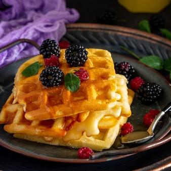 Ontbijt huisgemaakte belgische wafels met bessen en honing