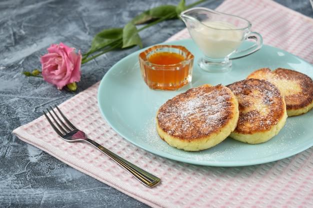 Ontbijt. kaasbraadpan. melkproducten. ricotta pannenkoeken.