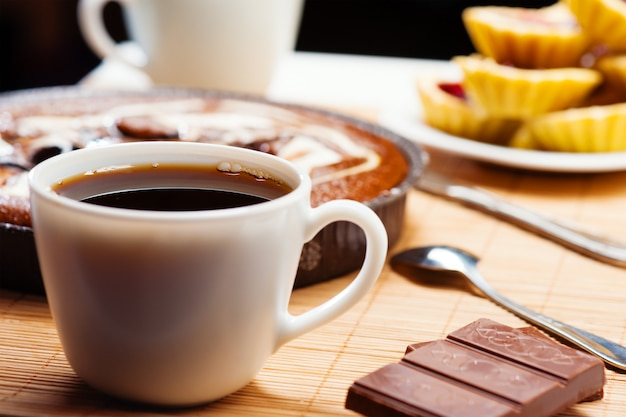 Ontbijt. koffie en cake.