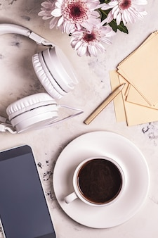 Ontbijt - koffie, tephon, koptelefoon. bovenaanzicht met kopie ruimte.