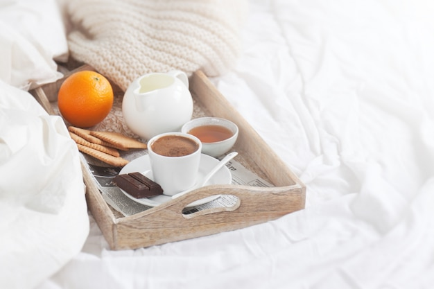 Ontbijt lade met een kopje koffie en een oranje