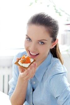 Ontbijt. leuk meisje aan de tafel