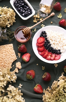 Ontbijt met all-round cottage cheese in een bord en fruit,