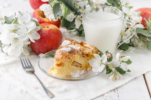 Ontbijt met appeltaart en melk