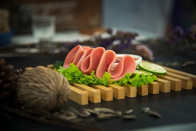 Ontbijt met bologna, uitstekend filterbeeld Premium Foto