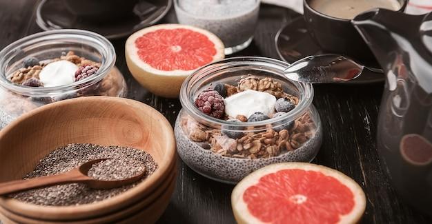 Ontbijt met chia, yoghurt en granola op een houten tafel