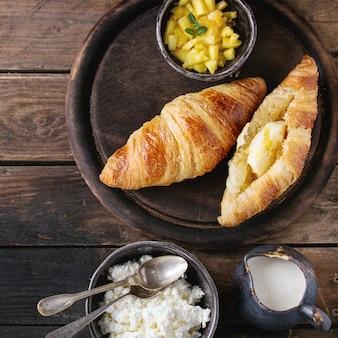 Ontbijt met croissant en mangofruit