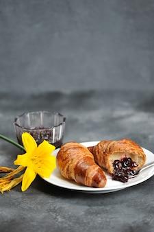 Ontbijt met croissants en lily