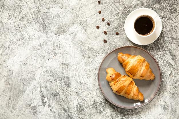 Ontbijt met croissants op beton