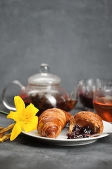 Ontbijt met croissants thee, croissants, lily op