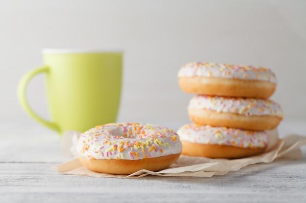 Ontbijt met donuts en bug mok koffie