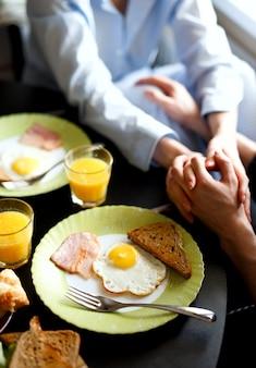Ontbijt met een geliefde, met roerei, bacon, toast en jus d'orange