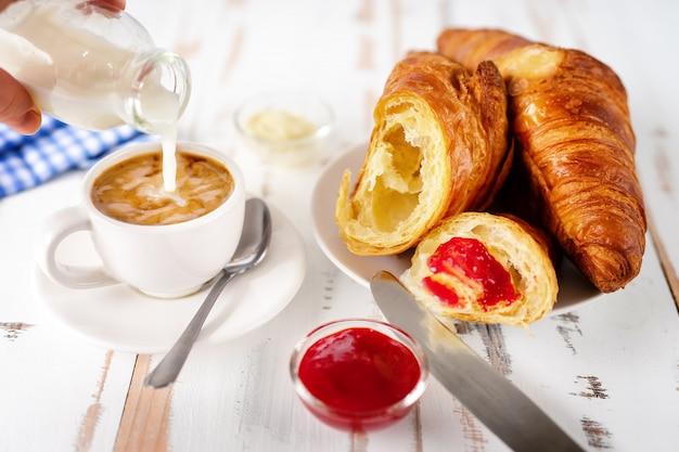Ontbijt met een kopje koffie en croissants