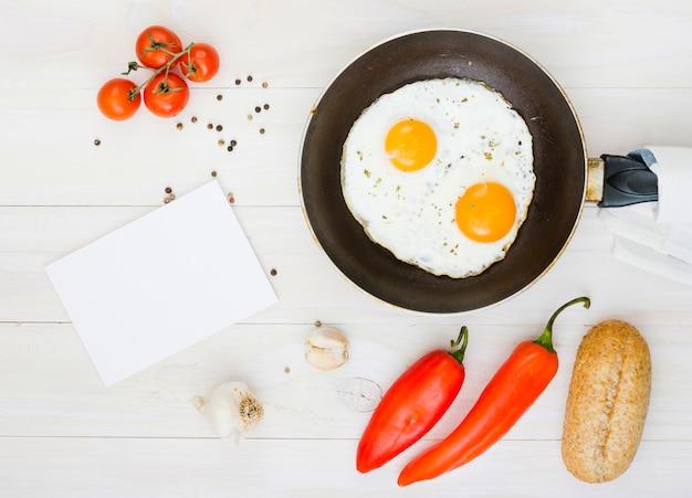 Ontbijt met eieren en koekenpan