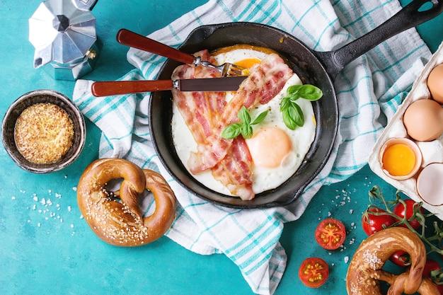 Ontbijt met gebakken eieren en spek