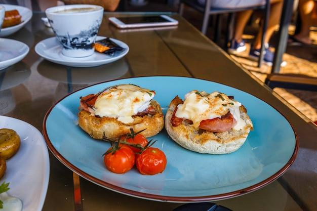 Ontbijt met gebakken eieren, spek en gegrilde tomaten