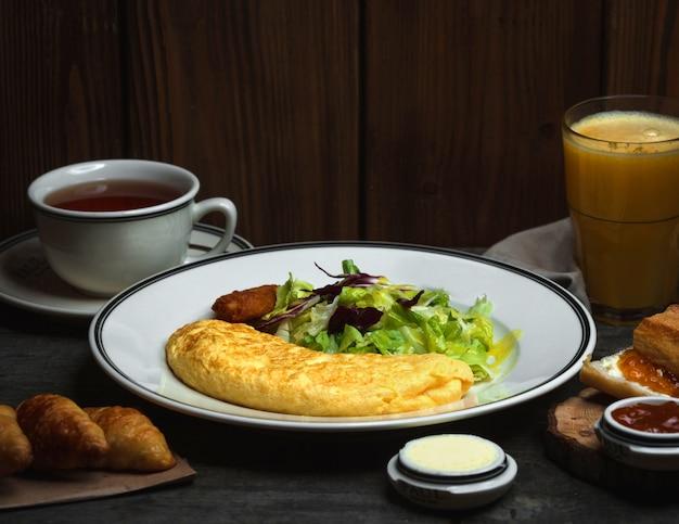 Ontbijt met gebraden verse eierenkoffie en sinaasappel