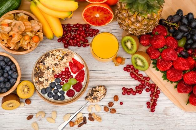 Ontbijt met gemengd fruit en noten