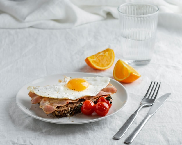 Ontbijt met hoge hoek ei en spek