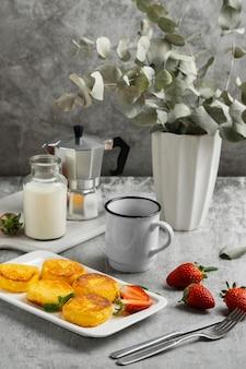Ontbijt met hoge hoek en melk
