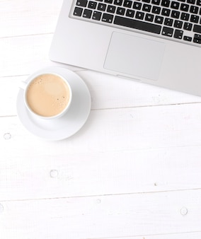 Ontbijt met koffie bij een laptop