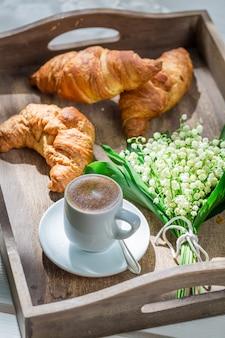 Ontbijt met koffie en croissant