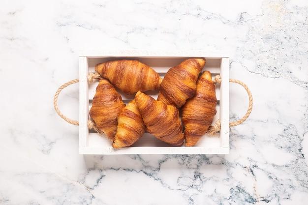 Ontbijt met koffie en croissants, bovenaanzicht