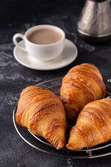 Ontbijt met koffie en croissants, selectieve focus