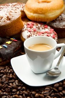 Ontbijt met koffie en donuts