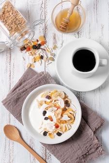 Ontbijt met koffie en ontbijtgranen kom